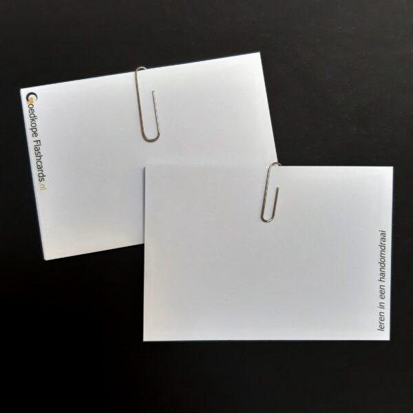 kaarten met paperclips erop