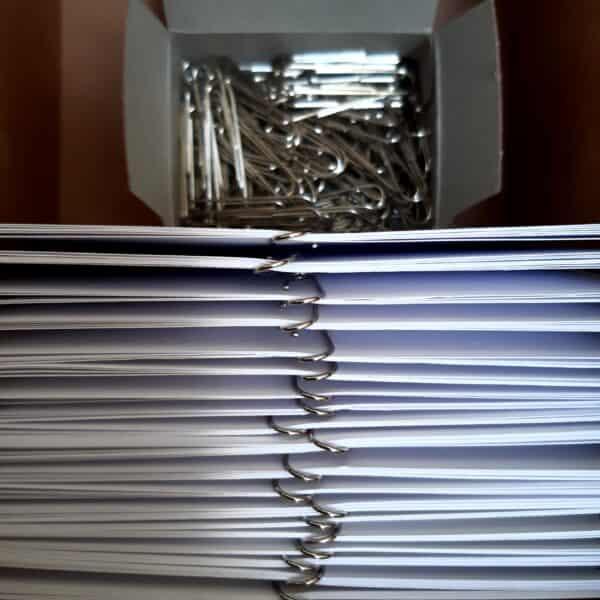 kaarten bij elkaar houden met paperclips