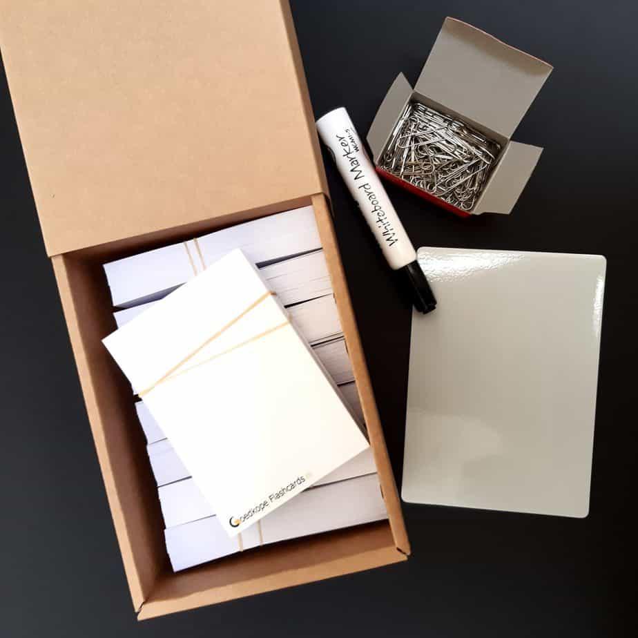 Doos met flashcards, wisbordje, whiteboard stift, paperclips